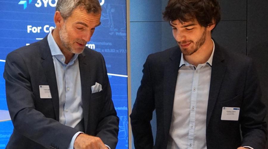 Jonathan Hübner und Frank Jankowski betreuen den 3YOURMIND Stand