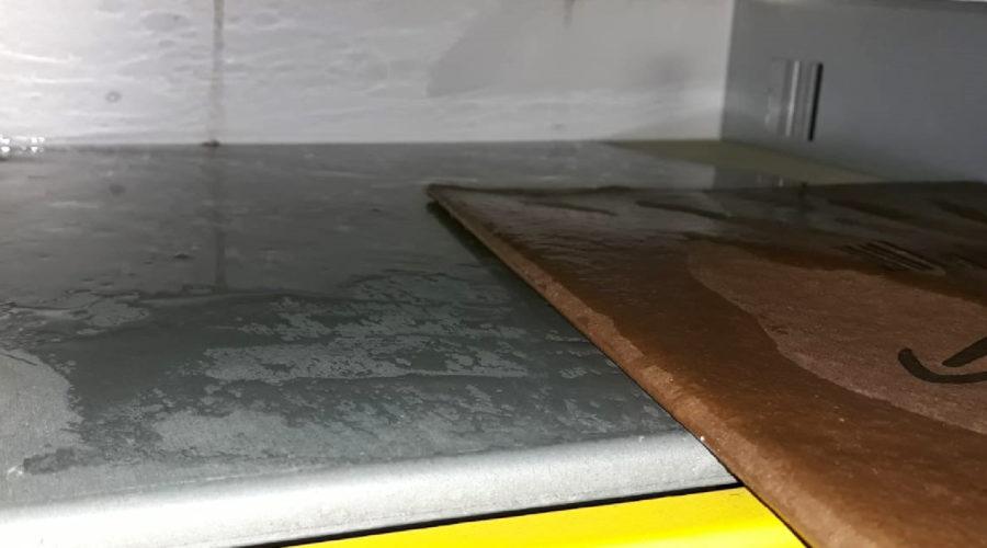 Durchweichtes Päckchen einer DHL-Packstation